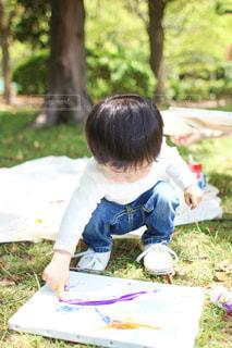 子ども,アウトドア,公園,芝生,自由,絵の具,アート,草,樹木,ペン,幼児,男の子,デニム,紙,子育て,草木,おえかき,キャンバス,白Tシャツ,おうち時間