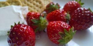 苺とチーズとクラッカーの写真・画像素材[3079031]