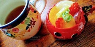 コーヒーを一杯金魚カップに果物たっぷりプリンの写真・画像素材[3193149]