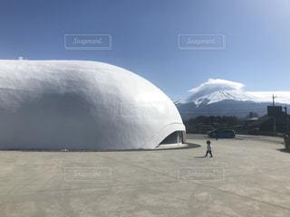 1人,空,建物,富士山,傘,雪,屋外,白,青空,晴天,山,子供,ドーム,地面,山梨,建築,クラウド
