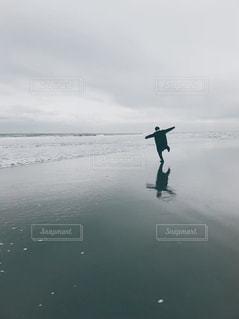1人,自然,海,空,屋外,ビーチ,雲,水,歩く,水面,海岸,反射,鏡,美しい,人,映る,男の子