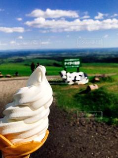 食べ物,空,屋外,緑,白,青空,晴天,牛,牧場,草,クリーム,デザート,像,ソフトクリーム,牛肉,クラウド