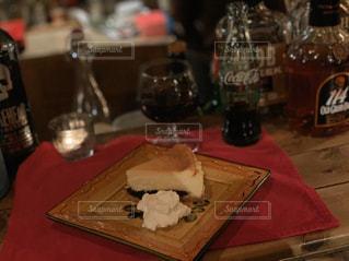 女性,恋人,友だち,1人,2人,食べ物,ケーキ,ディナー,デザート,ワイン,ボトル,ドリンク
