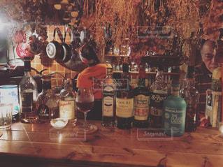 女性,男性,恋人,1人,2人,ドライフラワー,ワイン,ボトル,たくさん,バー,ドリンク,お洒落,アルコール,大人の秘密基地