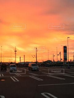 風景,空,夕日,屋外,夕暮れ,車,道路,オレンジ,道,旅行