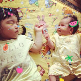 子ども,黄色,女の子,赤ちゃん,幼児,お昼寝,姉妹