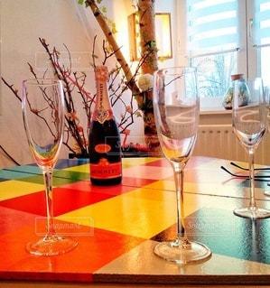 飲み物,お酒,屋内,ピンク,カラフル,窓,テーブル,人物,イベント,ボトル,グラス,乾杯,ドリンク,シャンパン,パーティー,酒,アルコール,ホームパーティー,ロゼ,シャンパーニュ,マルチカラー,ロゼシャンパン