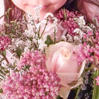ピンクの花と女の子のクローズアップの写真・画像素材[3415817]