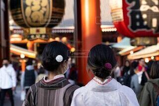 着物を着て浅草を散策の写真・画像素材[4172276]