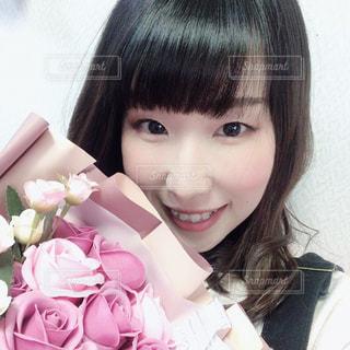 花束をプレゼントの写真・画像素材[3084139]