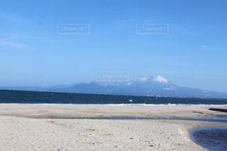 砂浜から見える山。の写真・画像素材[3076624]