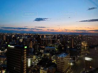 高層ビルから見る夕焼けの写真・画像素材[3102246]