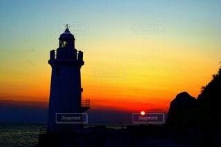 夕焼けと伊良湖岬灯台の写真・画像素材[3072089]