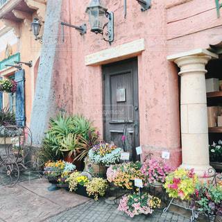 建物の前にある色とりどりの花園の写真・画像素材[3074113]
