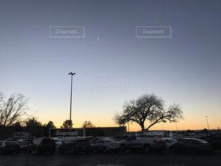 街の通りに沈む夕日の写真・画像素材[3074808]