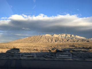 山に映る車の影の写真・画像素材[3074809]