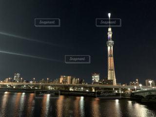 夜になると都市の上にそびえ立つスカイツリーの写真・画像素材[3075142]