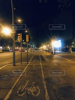 夜の空の通りの写真・画像素材[3075243]