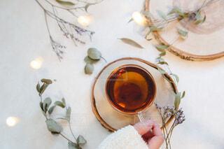 お茶を飲む女性の手。リラックスおうち時間。の写真・画像素材[3881119]