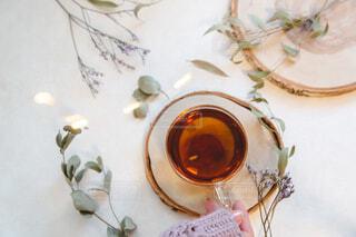 お茶を飲む女性の手。リラックスおうち時間。の写真・画像素材[3881117]
