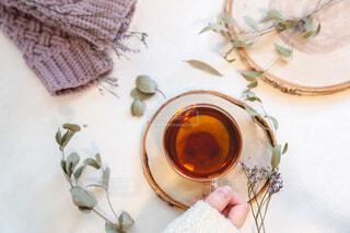 お茶を飲む女性の手。リラックスおうち時間。の写真・画像素材[3881118]