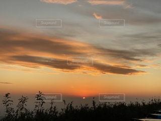 水の体に沈む夕日の写真・画像素材[3077389]