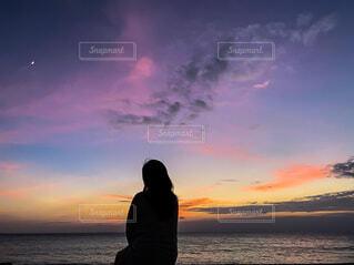 月と海と太陽とカラフルな空の写真・画像素材[3718922]