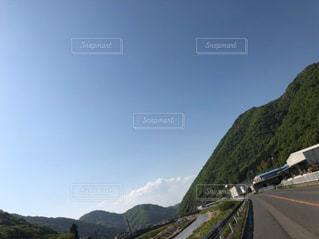 背景に山がある高速道路の写真・画像素材[3080309]