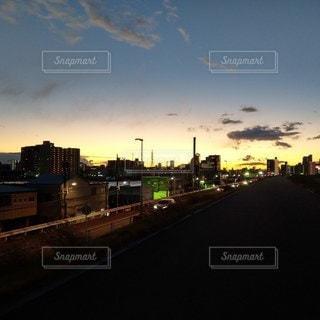 日没時の河川敷の写真・画像素材[3083257]
