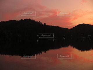 夕焼けを映す湖面の写真・画像素材[3221481]