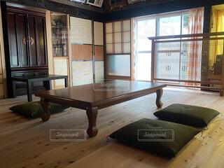 屋内,部屋,窓,家,椅子,テーブル,床,デスク,コーヒー テーブル