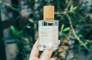 屋外,手,樹木,香水,人物,人,ボトル,化粧品,フレグランス,香り
