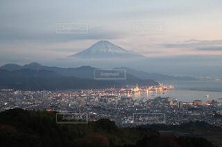 日の出前の富士山の写真・画像素材[3102610]