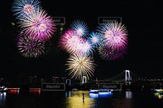水の体の上の夜空に花火の写真・画像素材[1311273]