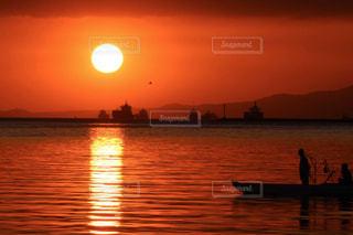 水の体に沈む夕日の写真・画像素材[3396601]