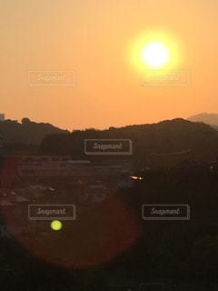 オレンジ色に輝く夕陽の写真・画像素材[3096838]