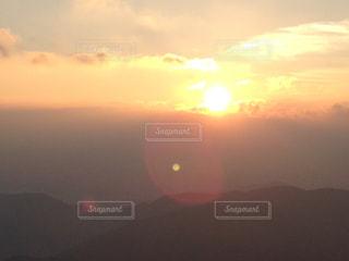 夕日に映える雲の写真・画像素材[3096843]
