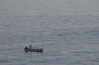 海に浮かぶ一層の船の写真・画像素材[3108107]
