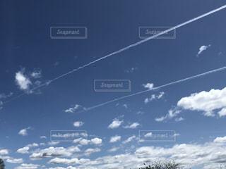 晴天と飛行機雲の写真・画像素材[3116352]