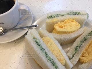 サンドイッチとコーヒーの入った皿の写真・画像素材[3125838]