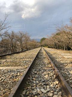 未舗装の道路を走る電車の写真・画像素材[3125840]