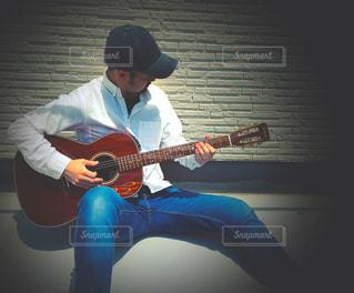 屋上でギター練習の写真・画像素材[3224606]