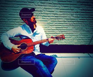 ギターを練習している人の写真・画像素材[3224618]