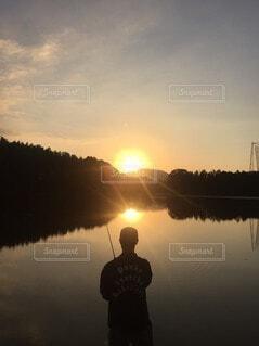 夕焼けとバス釣りの写真・画像素材[3747554]