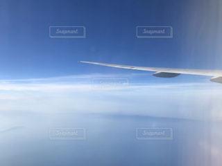 空を飛んでいる飛行機の写真・画像素材[3090489]