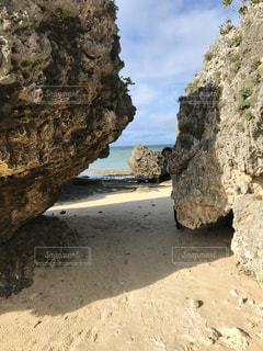 岩場のビーチの写真・画像素材[3091349]