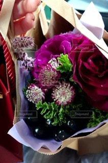誕生日プレゼントの花束の写真・画像素材[3140450]