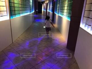 ネオンの中の子供の写真・画像素材[4415358]
