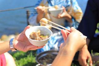 鍋料理を持つ人の写真・画像素材[3088947]