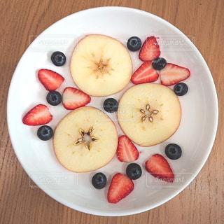 果物のボウルをトッピングした白い皿の写真・画像素材[3152198]